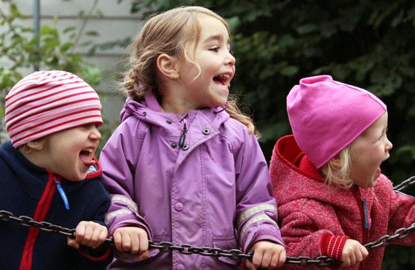 Drei-Kinder-lachen